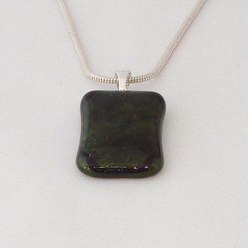 H3278. Donker groen glitter opaal glas. afm. ca. 3x2 cm.     €9.50.