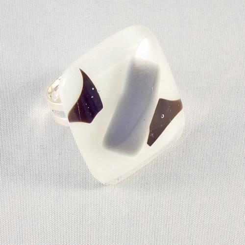 R3170. Wit met zwart en grijs opaal glas. afm. ca. 3x2.5 cm.    €6.50.