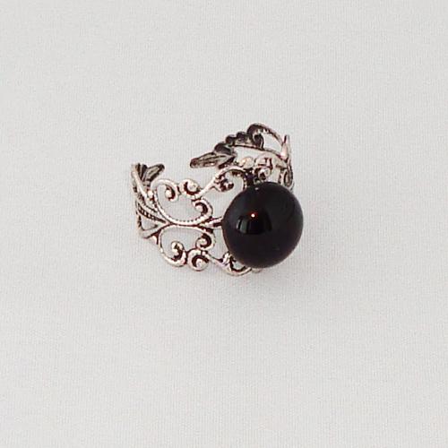 R2024. Filigrain ring met zwart steentje.    €6.50.