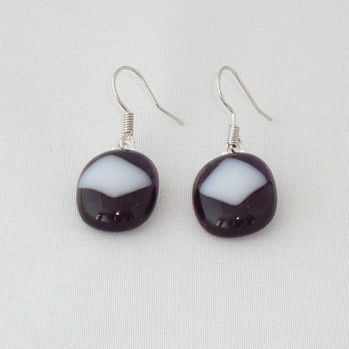 E1177. Helder violet met wit opaal glas. afm. ca. 1.5x2 cm.   €6.50.
