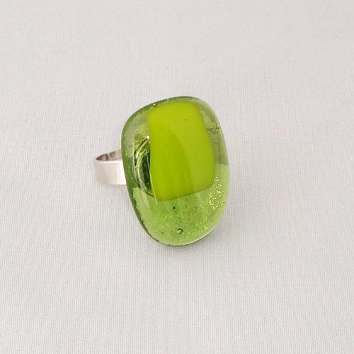 R3285. Helder groen met geel/groen opaal glas. afm. ca. 2.5x2 cm.    €6.50.