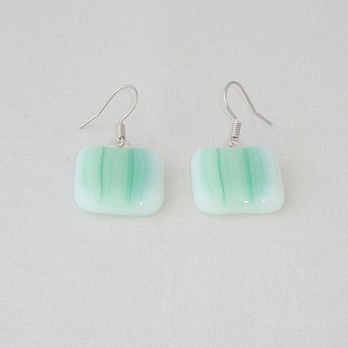 E3238. Wit/groen gemarmerd opaal glas. afm. ca. 2x2 cm.   €6.50.