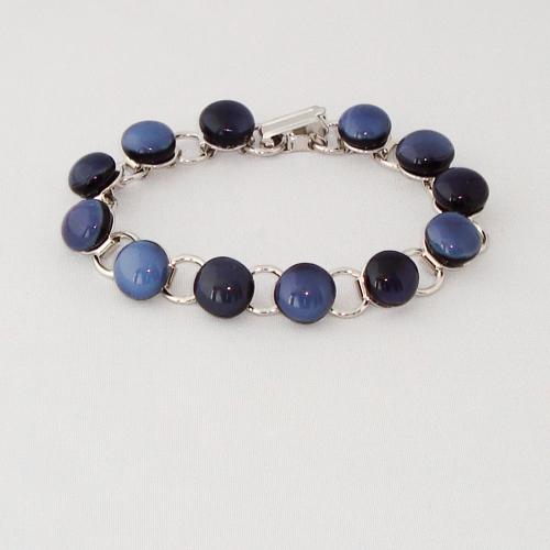 P1151. Schakelarmband met blauw /grijs gemarmerde steentjes.     €19.50.