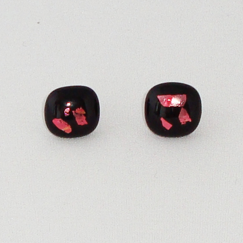 E1201. Zwart opaal met roze dichroic glas. afm. ca. 12 mm.   €6.50.