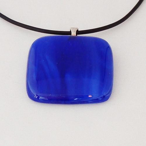 H3328. Blauw gemarmerd opaal glas. afm. ca. 4x4 cm.     €9.50.