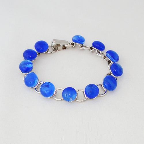 P1140. Schakelarmband met helder blauwe steentjes.     €19.50.