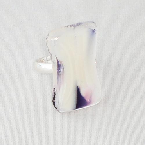 R3249. Helder rose en opaal wit gemarmerd glas. afm. ca. 2.5x1.5 cm.    €6.50.