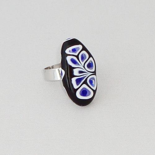 R3310. Zwart met wit en paars millefiori. afm. ca. 2.5x1.5 cm.    €6.50.