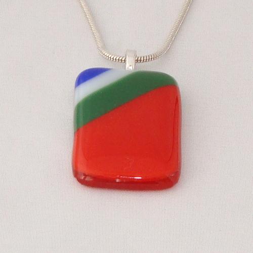 H3298. Rood met groen, wit en blauw opaal glas. afm. ca. 4x2.5 cm.     €9.50.