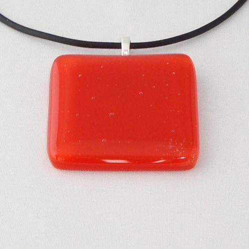 H3245. Helder rood en opaal glas. afm. ca. 4x4 cm.     €9.50.