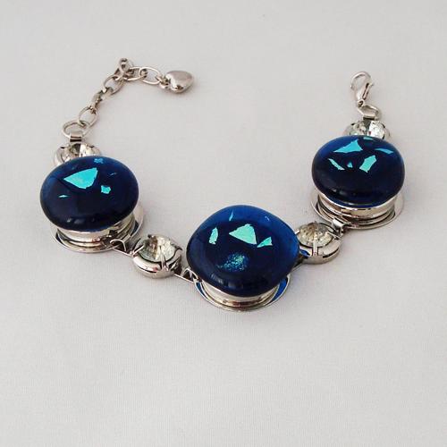 P1208. Easy button armband met blauw glas en blauw/groen dichroic glas en strass steentjes.  € 12.50.