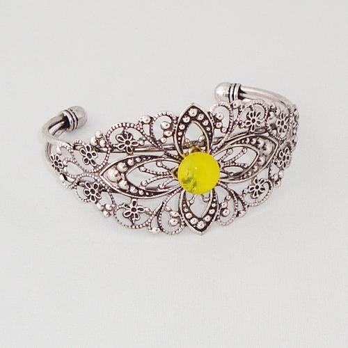 P1186. Filigrain armband geel gemarmerd steentje.     €9.50.