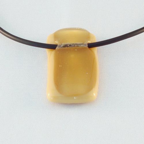 H3179. Amber helder en opaal glas. afm. ca. 4x2 cm. inclusief rubber koord, want een ketting kan niet door de tunnel.     €9.50.