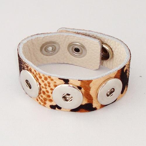 P1117. Easy button armband van leer met dierenprint. binnenlengte 18-20 cm, of 20-22 cm.     €7.50.