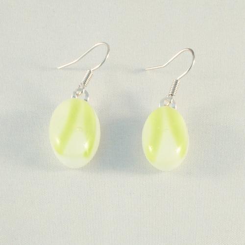 E2017. Wit opaal glas met groene streepjes. afm. ca. 2x1 cm.   €6.50.