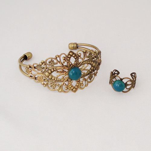 S2021. Bronskleurige filigrain armband en ring met groen/blauw gemarmerd steentje.     €15.00.