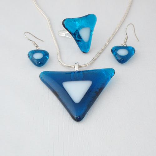 S3226. Helder blauw met wit opaal glas.        €25.00.