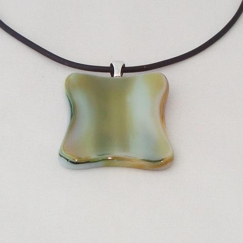 H3295.  Groen en creme gemarmerd opaal glas. afm. ca. 3.5x3 cm.     €9.50.