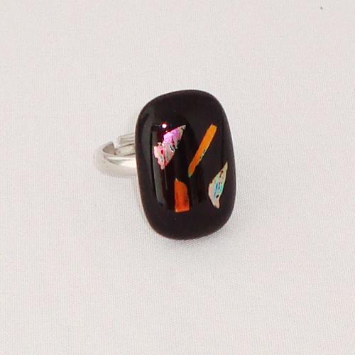 R3319. Zwart opaal met koperkleurig dichroic glas. afm. ca. 2.5x1.5 cm.    €6.50.