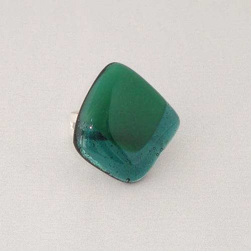 R3263. Helder en opaal groen glas. afm. ca. 3x3 cm.    €6.50.