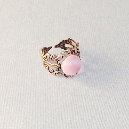 R2026. Filigrain ring met rose/wit gemarmerd steentje.    €6.50.