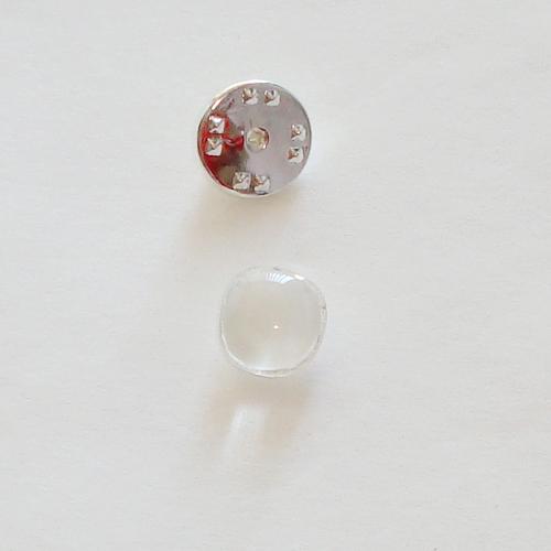 A1419. Pinbroche, wit met helder gemarmerd glas. maat steentje ca. 1 cm.     €3.50.