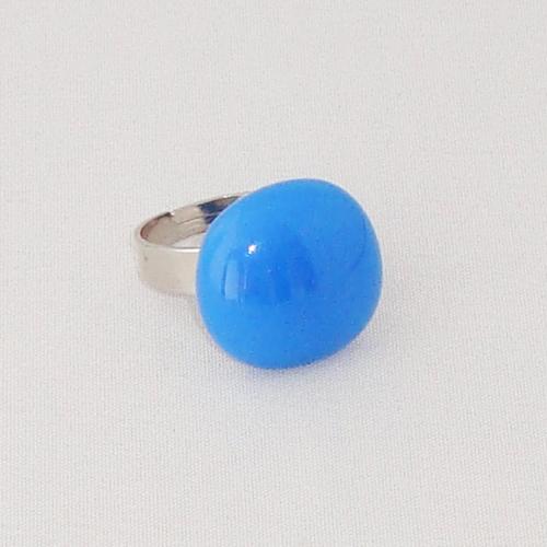 R2022. Lichtblauw opaal glas. afm. ca. 1.5x1.5 cm.    €6.50.