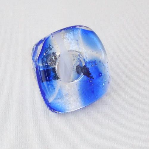 R3244. Helder blauw en wit gemarmerd glas. afm. ca. 3x3 cm.    €6.50.