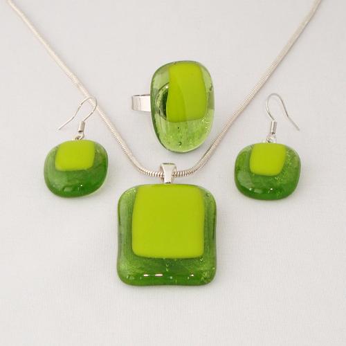 S3285. Helder groen met groen opaal glas.     €25.00.