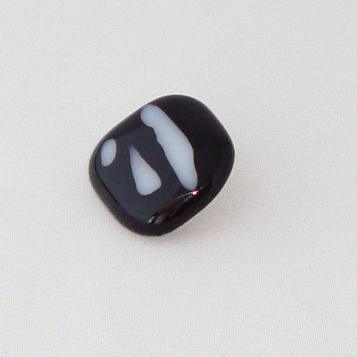 P1198. Easy button steen van zwart met witte strepen.     per stuk €2.00 en 3 voor €5.00.