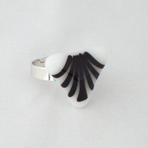 R3199. Wit opaal glas met zwarte strepen. afm. ca. 2x2.5 cm.    €6.50.