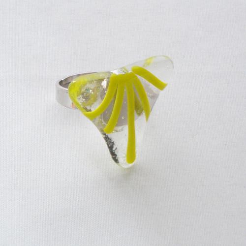 R3196. Helder glas met gele strepen. afm. ca. 2.5x2.5 cm.    €6.50.