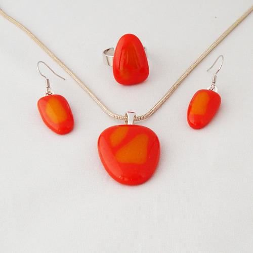 S3333.  Oranje met geel opaal glas.      €25.00.