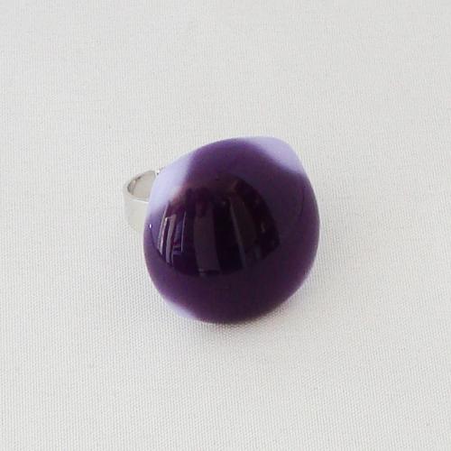 R3331. Paars met lavendel opaal glas. afm. ca. 2x2 cm.      €6.50.
