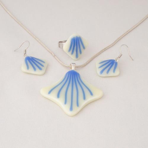 S3297. Vanille opaal glas met blauwe strepen.      €25.00.
