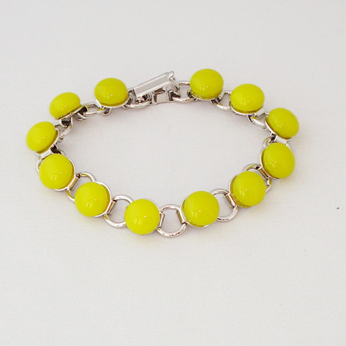 P1194. Schakelarmband met geel/groene steentjes.     €19.50.