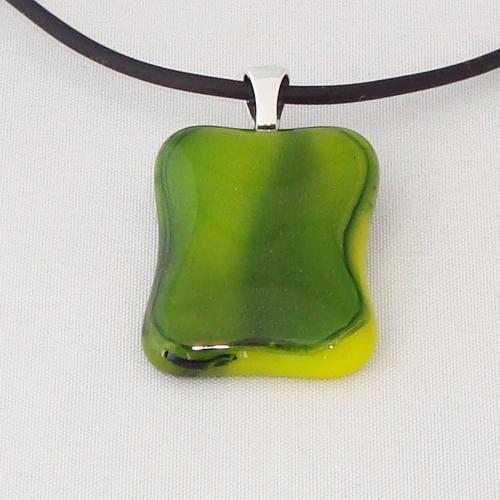 H3293. Groen met geel gemarmerd opaal glas. afm. ca. 3x2 cm.     €9.50.