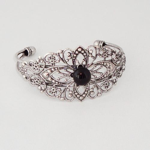 P1185. Filigrain armband met zwart steentje.     €9.50.