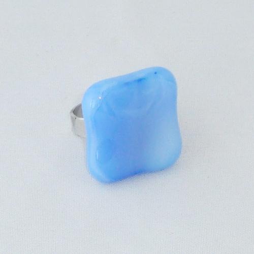 R3256. Lichtblauw gemarmerd glas. afm. ca. 2x2 cm.    €6.50.