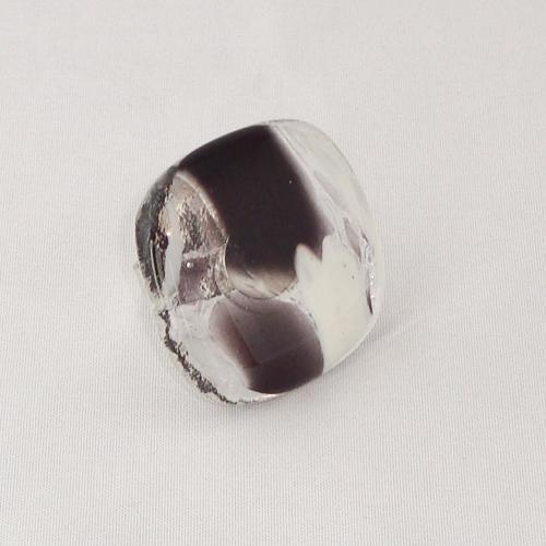 R3288. Zwart/wit gemarmerd glas. afm. ca. 3x3 cm.    €6.50.
