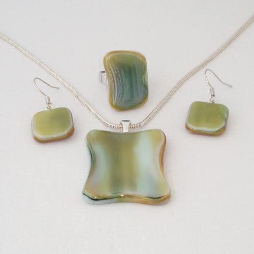 S3295. Groen crème gemarmerd opaal glas.        €25.00.