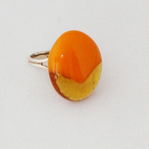R3246. Okergeel opaal met helder amber glas. afm. ca. 2.5x2 cm.    €6.50.