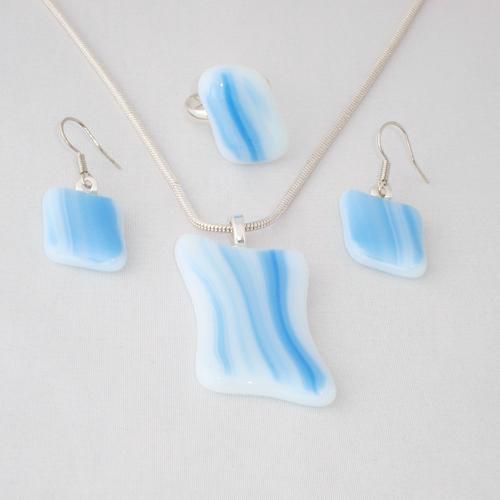 S3229. Gemarmerd wit met blauw opaal glas.        €25.00.