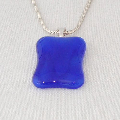 H3294. Blauw gemarmerd glas. afm. ca. 3x2.5 cm.     €9.50.