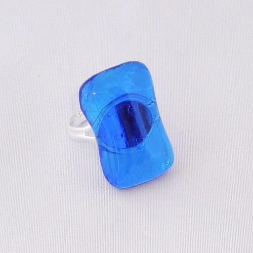 R3303. Helder blauw glas. afm. ca. 2.5x1.5 cm.    €6.50.