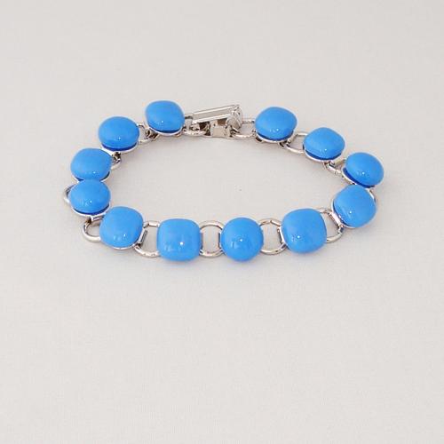 P1180. Schakelarmband met licht blauwe steentjes.     €19.50.