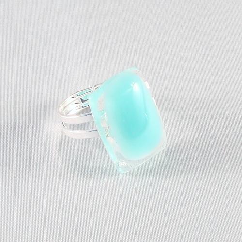 R3176. Helder glas met turquoise opaal glas. afm. ca. 2.5x1.5 cm.    €6.50.