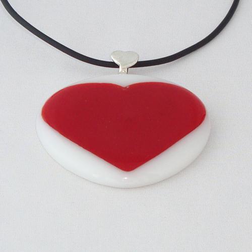 H3257. Wit opaal en rood hartje glas. afm. ca. 5x5 cm.     €9.50.