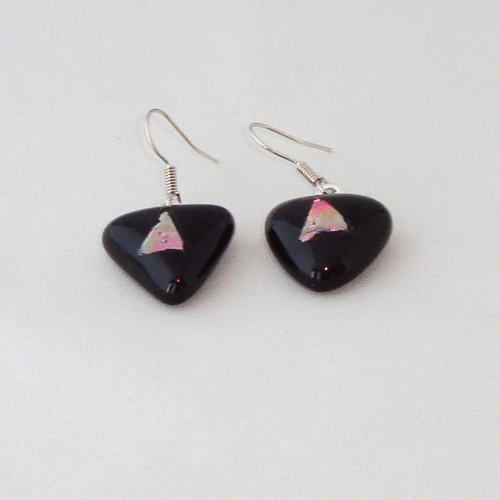 E3253. Zwart opaal met rose dichroic glas. afm. ca. 1.5x1.5 cm.   €6.50.