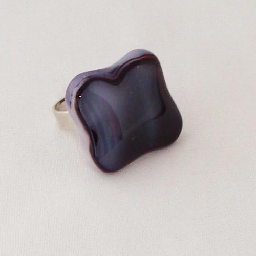 R3312. Donkerblauw met roze gemarmerd opaal glas. afm. ca. 2x2 cm.    €6.50.